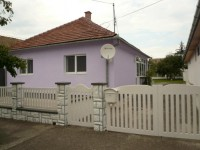 Kuca u APATINU je sagradjena 1971 god. (Blokovi i cigla) 120q/m sa dva odvojena stanbena prostora